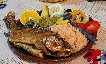 English: Fried mojarra fish served with nopale...