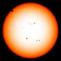 可见光太阳影像,金星位于左上角。