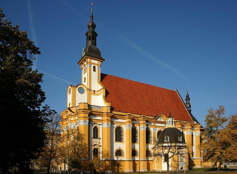 http://upload.wikimedia.org/wikipedia/commons/thumb/0/07/Neuzelle_Klosterkirche_SW.jpg/800px-Neuzelle_Klosterkirche_SW.jpg
