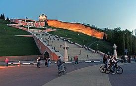 Вид на Чкаловскую лестницу и Георгиевскую башню Кремля