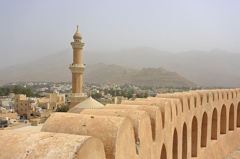 Bestand:Nizwa Fort and Minaret of Friday Mosque.JPG