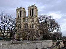 ด้านหน้าแบบกอธิคของมหาวิหารโนเตรอดามแห่งปารีส