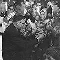 Opgeruimd staat netjes, kinderen ontvangen van Veldkamp e speldje in Den Haag, Bestanddeelnr 914-4854.jpg