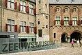 Overzicht van de nieuwe entree van het Zeeuws Museum, aan de zijde van het Abdijplein, met rechts de Balanspoort - Middelburg - 20402532 - RCE.jpg