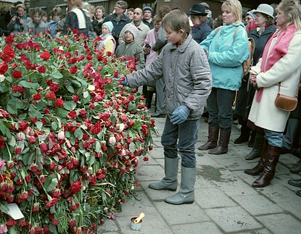 Mourners at the assassination site Palme Trauer 1986.jpg