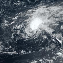Satellietfoto van een cycloon waarbij de dikste wolken worden verplaatst van de centrale vortex