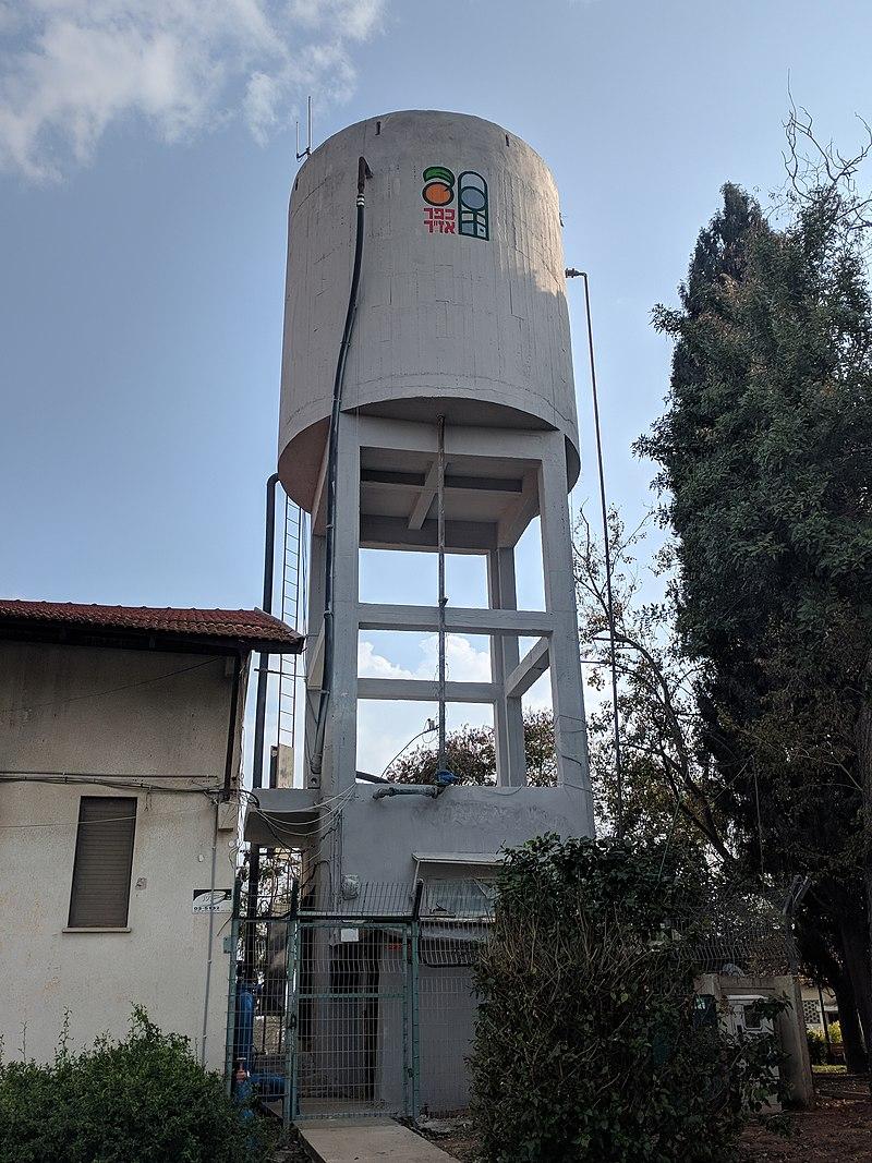 """מגדל המים במרכז כפר אז""""ר"""