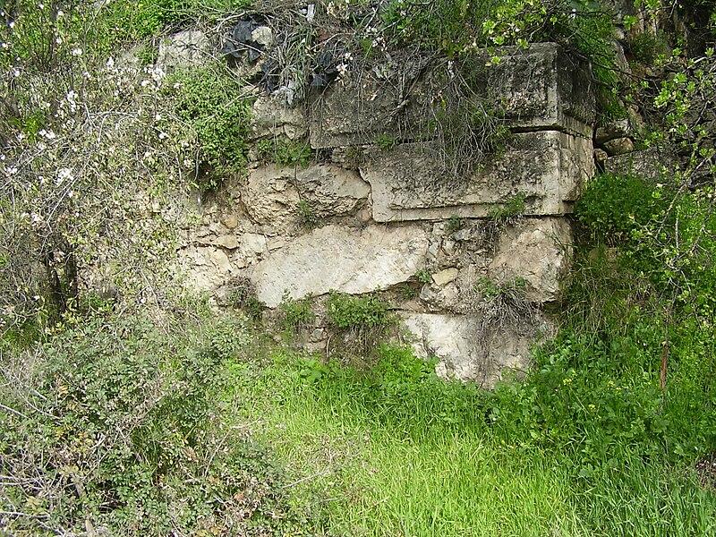 קיר המצודה העתיקה במוצא