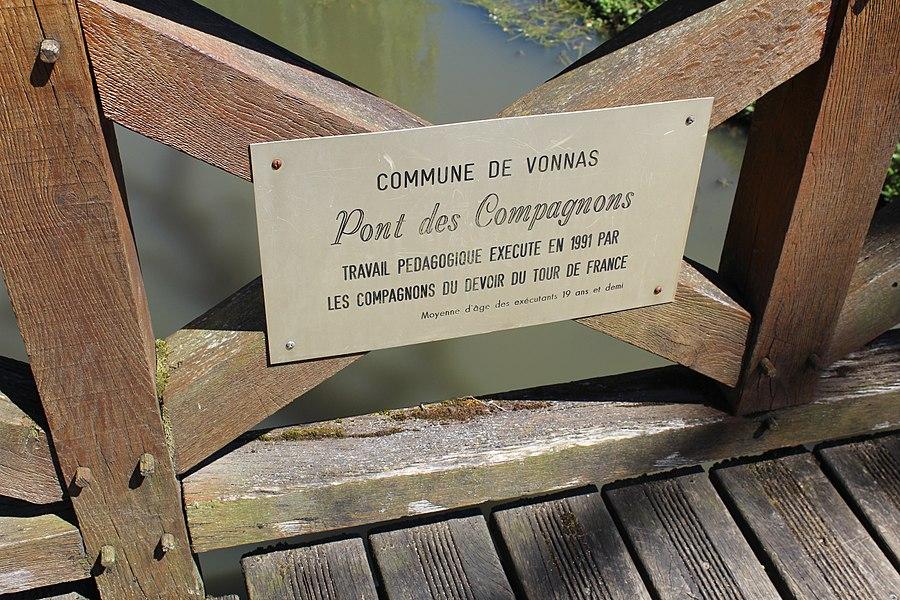 Plaque présentant les auteurs du pont des Compagnons sur la rivière morte à Vonnas