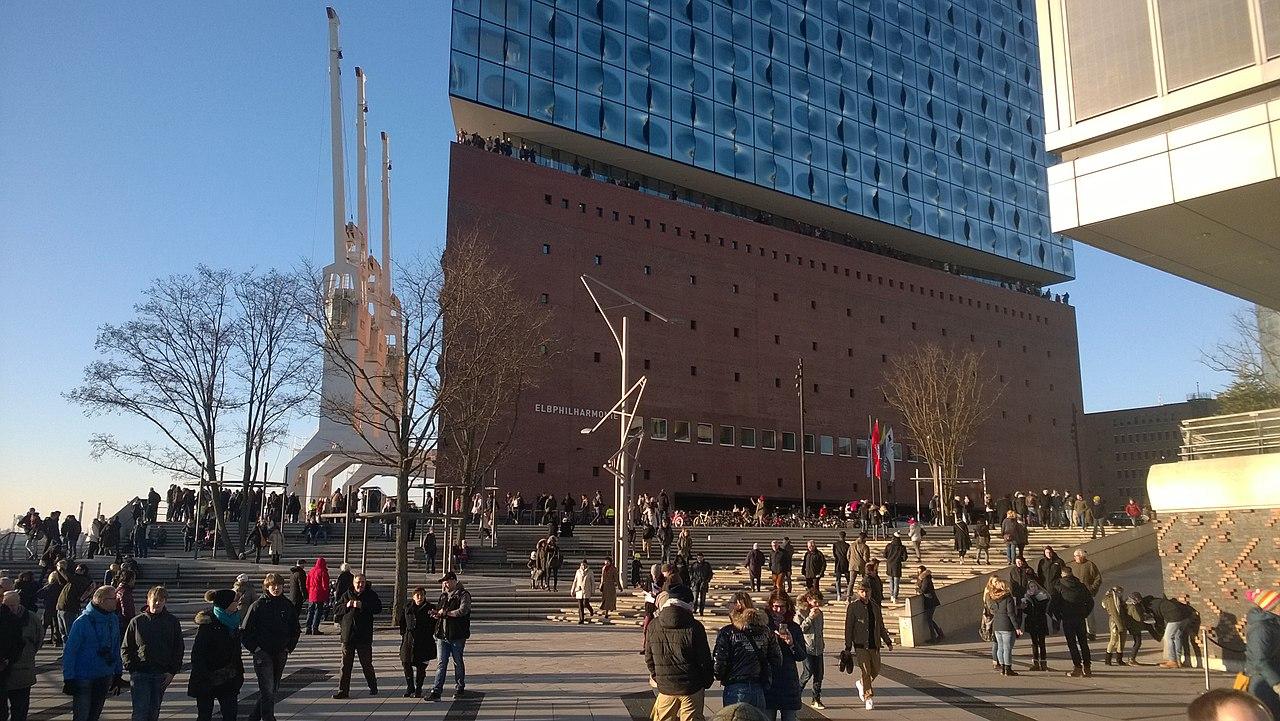 Platz der Deutschen Einheit mit Elbphilharmonie.jpg