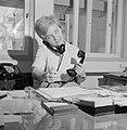 Portret van secretaresse Aviva terwijl ze telefoneert met twee telefoons, Bestanddeelnr 255-4525.jpg