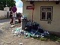 Prčice, Jezerská, přeplněná popelnice a dopravní značky.jpg