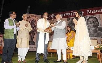 Bhalchandra Nemade - The prime minister Narendra Modi presenting the 50th Jnanpith Award to Bhalchandra Nemade on 25 April 2015