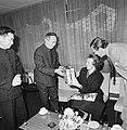 Prinses Beatrix en Prins Claus krijgen een cadeautje van de Chinese ambassadeur , Bestanddeelnr 929-1375.jpg