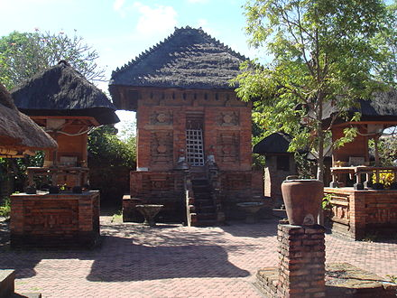 "Pura Maospahit (""Majapahit Temple"") in Denpasar, Bali, demonstrate the typical Majapahit red brick architecture. Pura Maospahit Denpasar Bali.jpg"