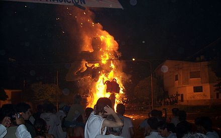 The burning of dolls is a local tradition in the city of La Plata. QuemamunecoLP01despues.JPG