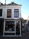foto van Huis met geverfde lijstgevel. Met zijbouw in St. Janstraat