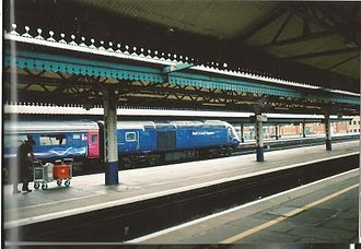 Reading railway station - (Before redevelopment) A train stops at Reading on its way from Paddington to Bristol Temple Meads