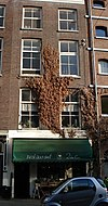 foto van Pand, drie verdiepingen, rijk geprofileerde houten kroonlijst, waaronder fries met panelen