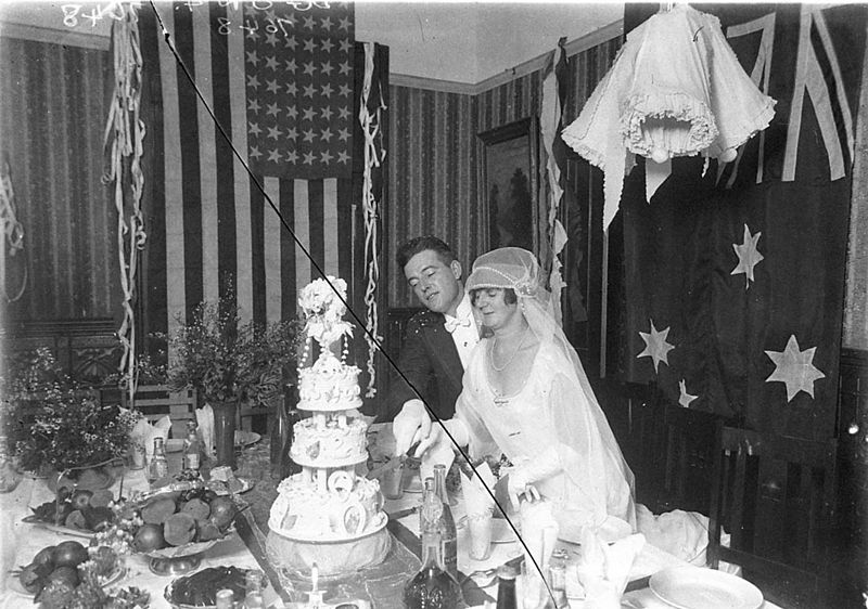 File:SLNSW 8630 Wedding reception cutting the cake.jpg