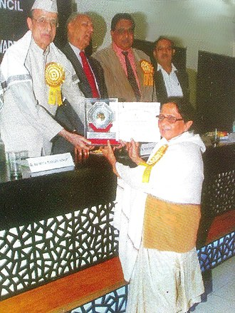 Saeeda Faiz - Late Mrs. Saeeda Faiz receiving Best Educationalist Award-2009 by National Solidarity Council, New Delhi