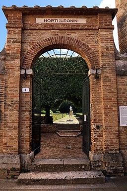 San quirico d'orcia, horti leonini, ingresso e mura 04