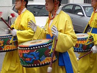 Daechwita - Daechwita musicians playing yonggo (dragon drums) in a Seoul street parade