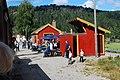 Setesdalsbanen ankommer Røyknes stasjon. Foto T Lunde (7459361810) (2).jpg