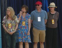 Photo des doubleurs de la famille Simpson en version originale. De gauche à droite : Nancy Cartwright, Yeardley Smith, Dan Castellaneta et Julie Kavner