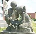 Socha dětí u obecního úřadu v Janově (Q78787956) 02.jpg