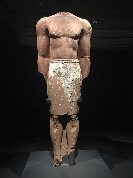 Colossal statue from al-Ula (6th-4th century BC), it followed the standardized artistic sculpting of the Lihyanite kingdom, the original statue was painted with white Statue of a man at National Museum of Korea 01.jpg