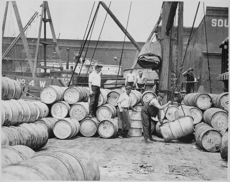 קובץ:Stevedores on a New York Dock Loading Barrels of Corn Syrup onto a Barge on the Hudson River, ca. 1912 - NARA - 518287.tiff