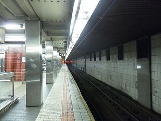 Sutphin Boulevard–Archer Avenue–JFK Airport (Archer Avenue Lines) - Upper level platform, eastbound side.