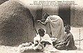 Tombouctou-Les femmes pétrissent des galettes (AOF).jpg