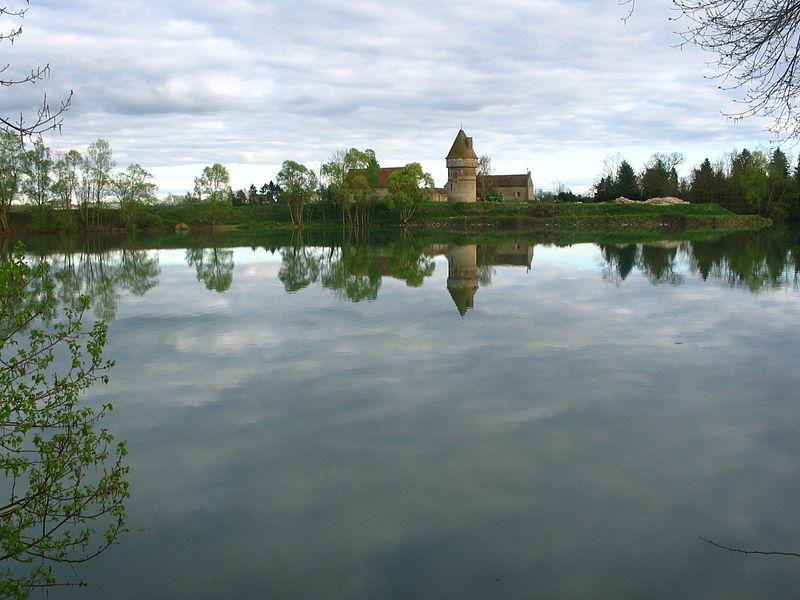 Plan d'eau et tour de Villemouze.