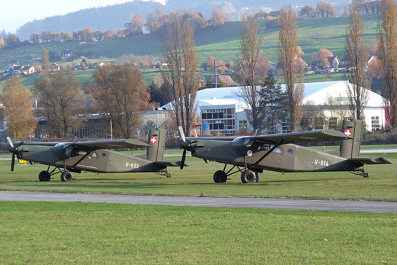 Archivo:Two Swiss Air Force Pilatus PC 6B Turbo-Porter @ St.Gallen-Altenrhein Airport.jpg