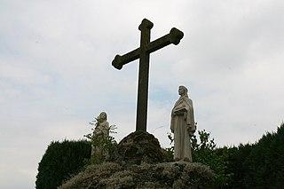 De calvarieberg met beeldengroep op kerhof Sint Lambertus