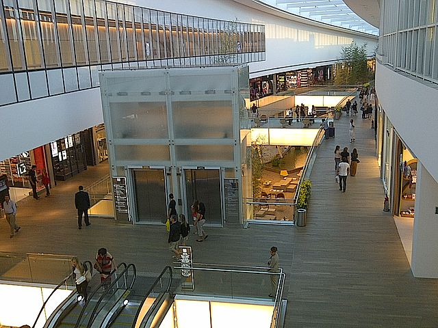 Mall in Brazil By Soulflytribe (Own work) [CC-BY-SA-3.0 (https://creativecommons.org/licenses/by-sa/3.0)], via Wikimedia Commons