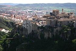 Vido de Los Canónigos, Casas Colgadas (en la malfono), San Pablo Bridge (malsupra maldekstro) kaj Downtown Cuenca (fono), vide de Palomera aŭtovojo