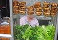 Vitrine de bánh cống et salad.jpg