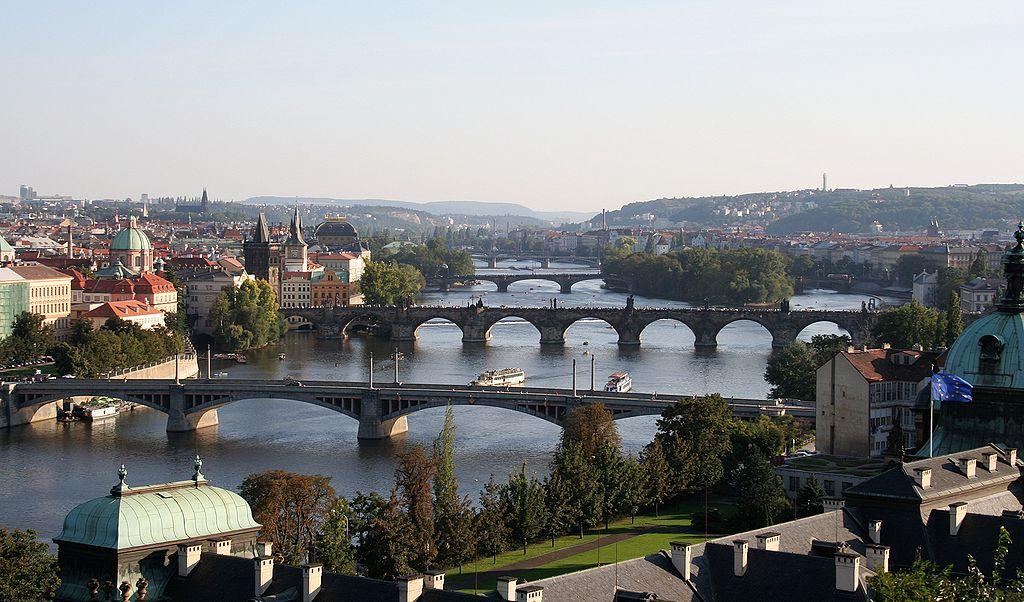 Les ponts sur la rivière Vltava à Prague depuis le parc de Letna.