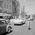 Vrouwelijke verkeersregelaar midden op de weg (Allenby Road Carmel Market), Bestanddeelnr 255-2011.jpg