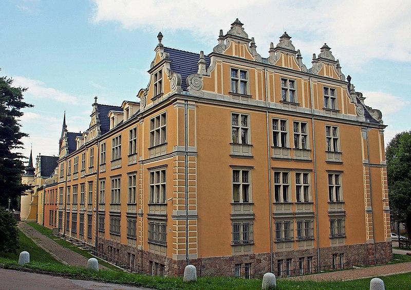 File:Wałbrzych zamek Czettritzów 27.07.2011 p.jpg