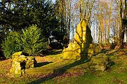 [Foto: Republikanerdenkmal auf dem Hohenstein in Witten 2013; die Bronzereliefe wurden gestohlen]