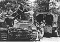 Zaopatrywanie działa samobieżnego w amunicję na froncie włoskim (2-2416).jpg