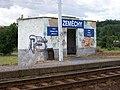 Zeměchy, železniční zastávka, přístřešek.jpg