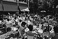 Zonnende mensen op het terras op het Spui in Amsterdam, Bestanddeelnr 930-8654.jpg