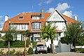 """""""Peter Pan - Manor"""", tweewoonst in cottagestijl, Emile Verhaerenlaan 15,17, 't Zoute (Knokke-Heist).JPG"""
