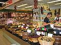 Étal d'olives aux halles d'Avignon.jpg