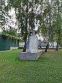 Братская могила 32 воинов и ком мин взвода Маслюк Д. М.. Майкоп ул. Апшеронская 106.jpg